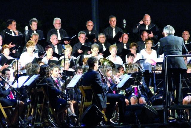Coral Virgen de Nieva y banda municipal de música de Valtierra